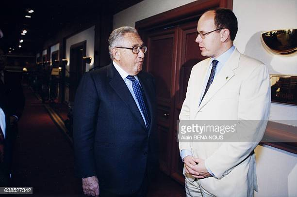 Portrait d'Henry Kissinger et du Prince Albert de Monaco au Grand Hôtel lors d'un déjeuner le 11 juin 1999 à Beijing Chine