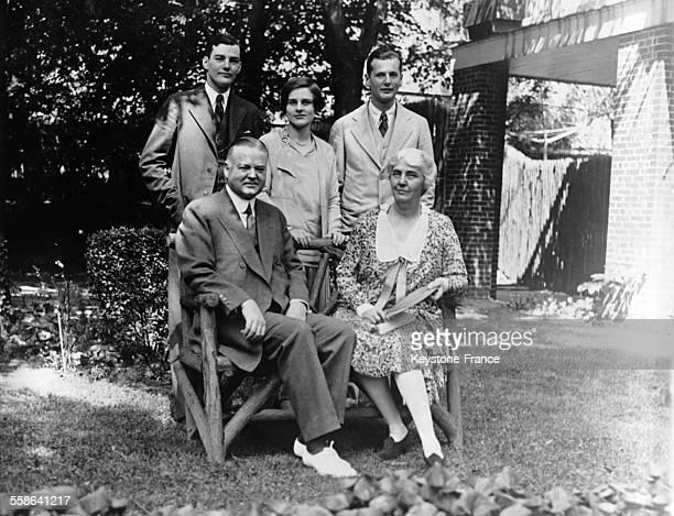 Portrait du candidat republicain a l'election presidentielle Herbert Hoover en famille avec sa femme Lou ses fils et sa bellefille en 1928 aux...