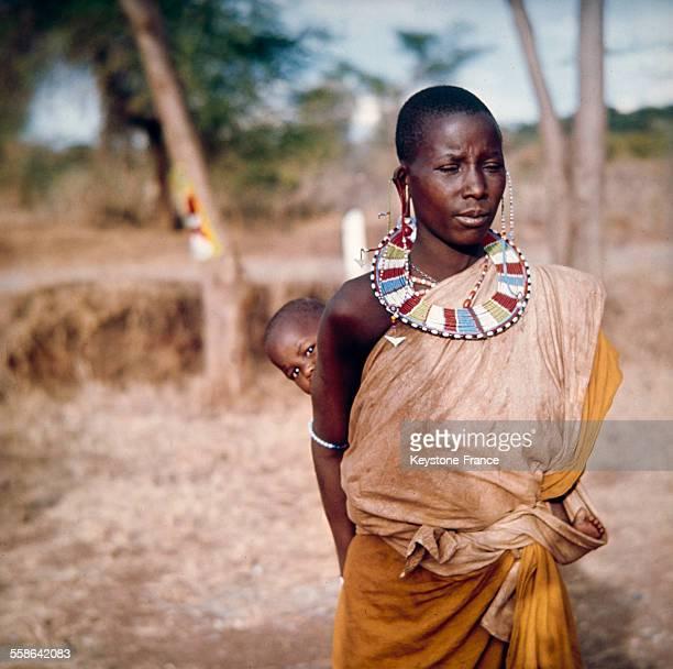 Portrait d'une femme Masaï et son bébé qu'elle porte dans le dos Kenya 1970
