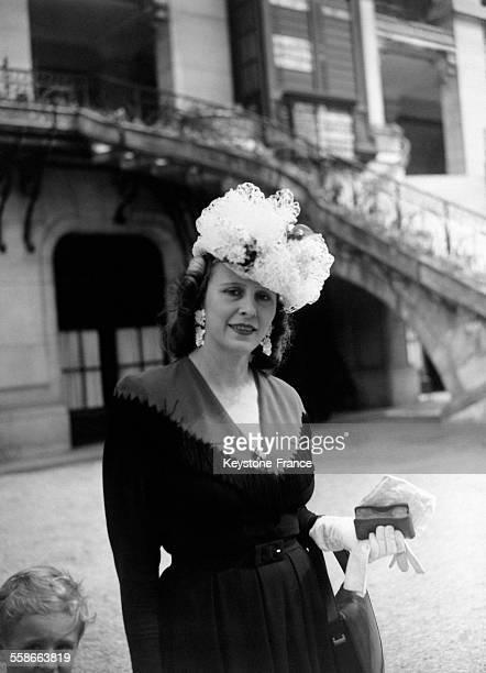 Portrait d'une femme portant un chapeau venue assister à la course hippique à l'hippodrome de Longchamp à Paris France le 20 mai 1945