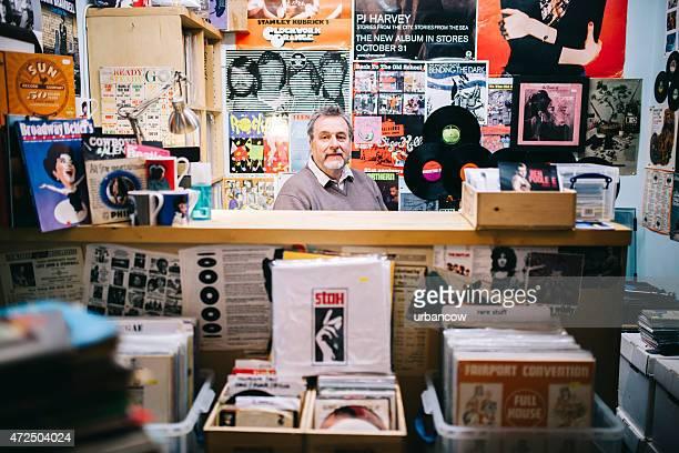 Portrait, homme de passage en caisse, le vinyle enregistrement, la boutique de musique pop