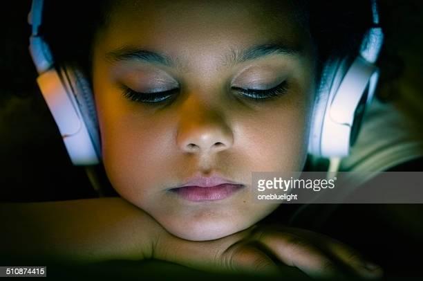 PERSONNES: Portrait de fille de 8 ans à l'aide de tablette numérique.