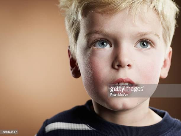 Portrait d'un garçon à la recherche de 4 ans.