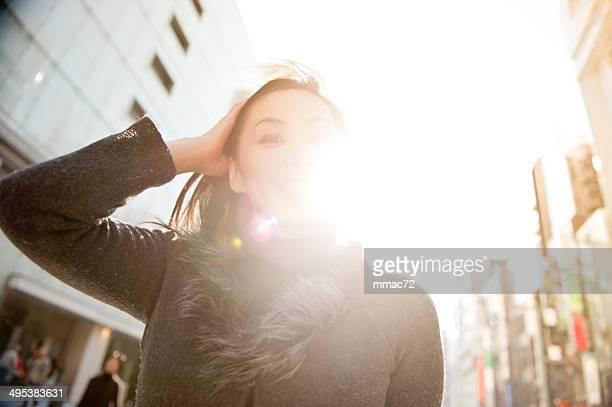 ポートレートの美しいアジアの女性のバックライト