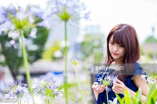 公園内の美しい日本人の女の子の肖像画