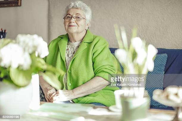 Retrato de una hermosa mujer mayor
