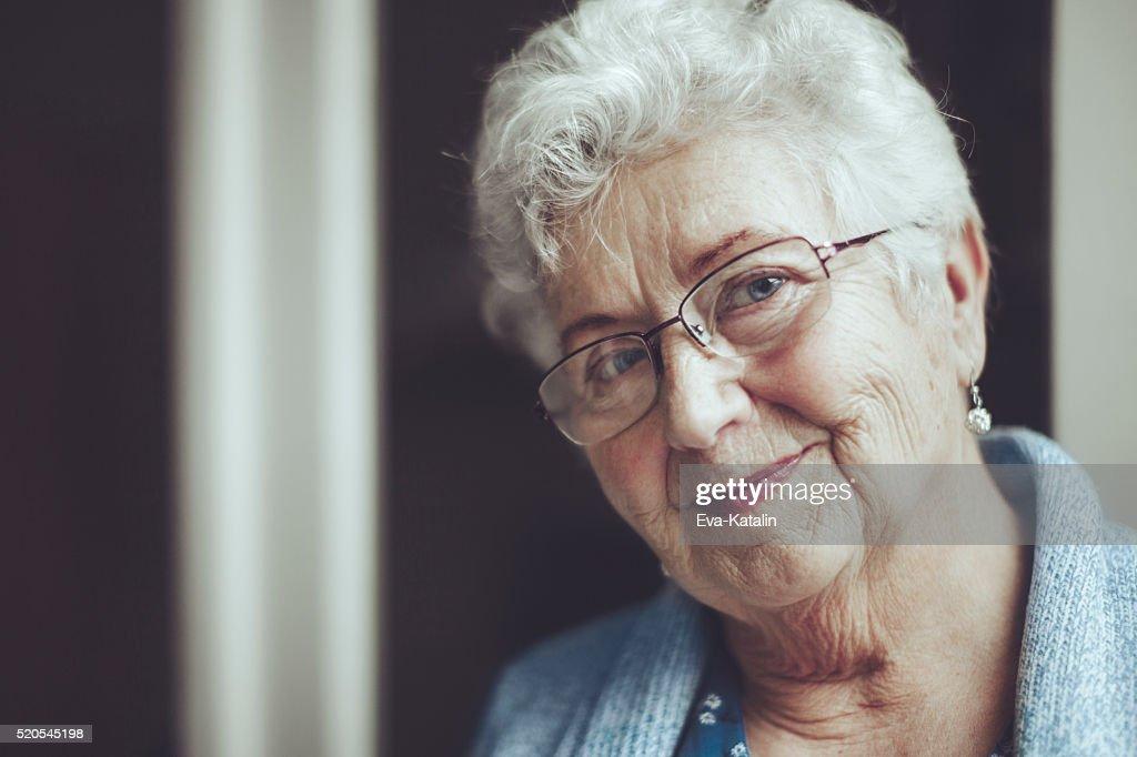 Porträt von einem schönen lächelnd senior Frau : Stock-Foto