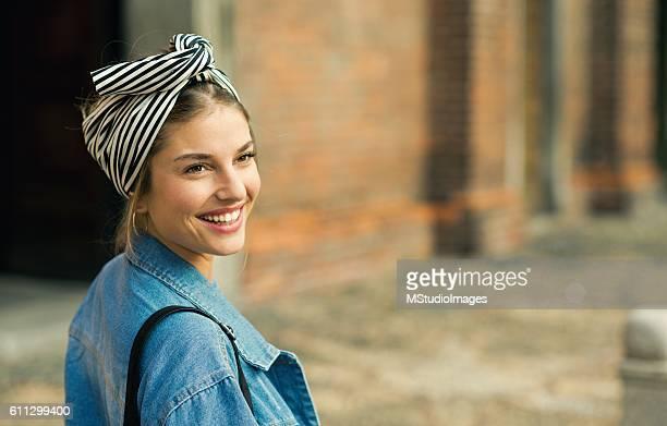 Porträt der schönen lächelnden Frau.