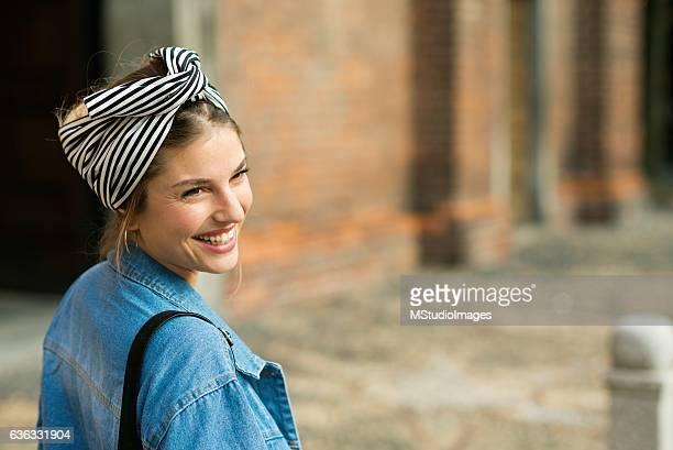 Portrait d'une belle femme souriante.