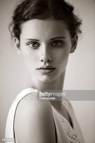 Porträt einer schönen Frau auf der Straße. B & W