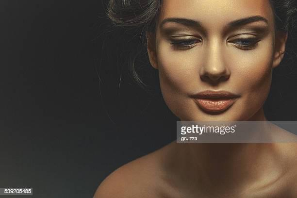 Portrait d'une belle jeune femme