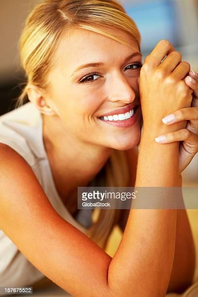 Retrato de uma bela jovem mulher sorridente