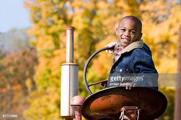 Porträt eines jungen auf einen Traktor