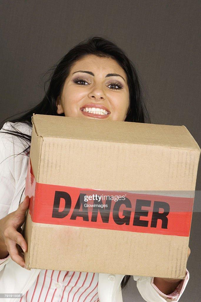 Portrait of a businesswoman carrying a cardboard box : Foto de stock