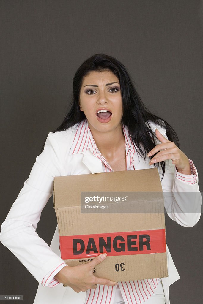 Portrait of a businesswoman holding a cardboard box : Foto de stock