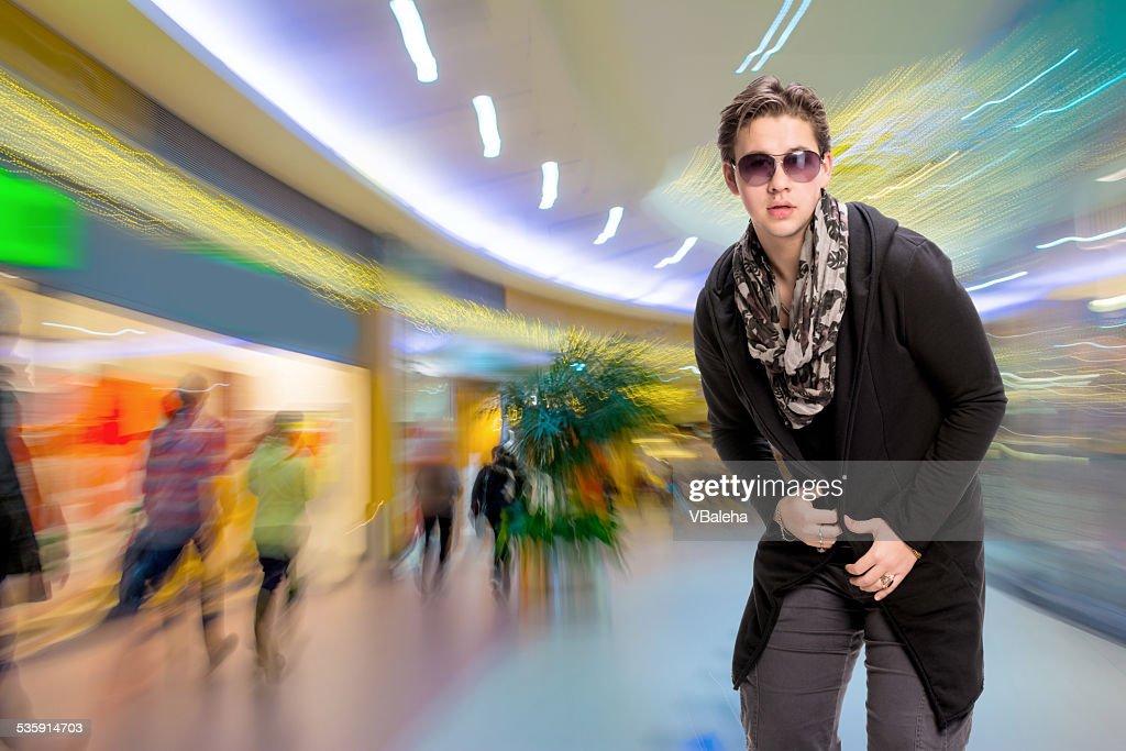 Retrato de um homem jovem casual em Óculos de Sol : Foto de stock