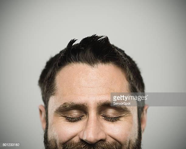 Porträt eines jungen Mannes mit weißer Hautfarbe real