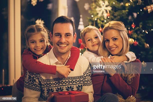 Porträt von Fröhliche Familie feiern Weihnachten