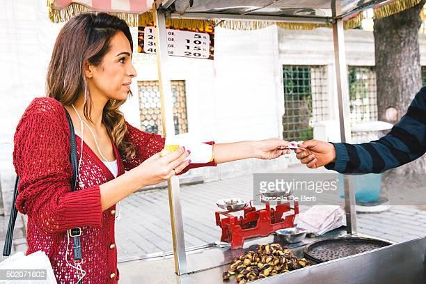 Portrait d'une joyeuse femme achat de la nourriture de rue, Istanbul, Turquie