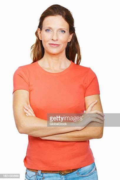 Portrait d'un milieu adulte femme confiante contre blanc