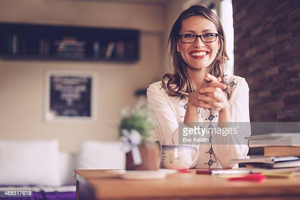 Portrait d'une jeune femme, souriant contenu
