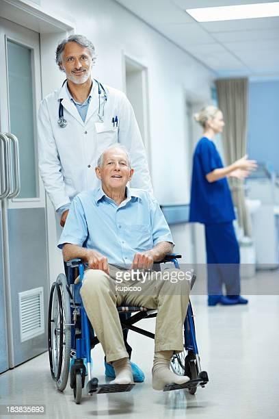 Porträt von einem Arzt mit Behinderten Mann im Rollstuhl