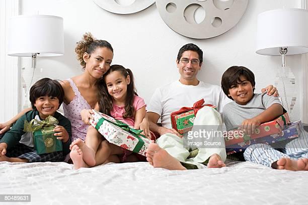 Ritratto di una famiglia in un letto