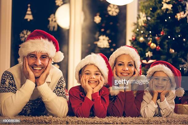 Portrait d'une famille portant des chapeaux de Noël
