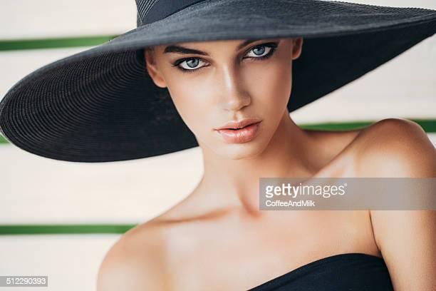 ポートレートを着て、魅力的な女性の帽子