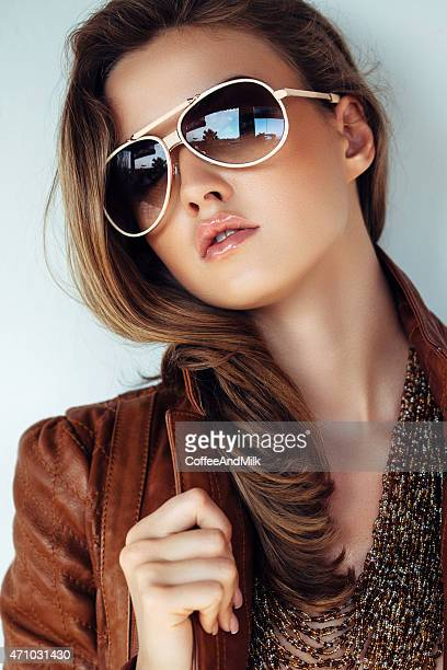 Ritratto di fresca e bella donna con giacca in pelle