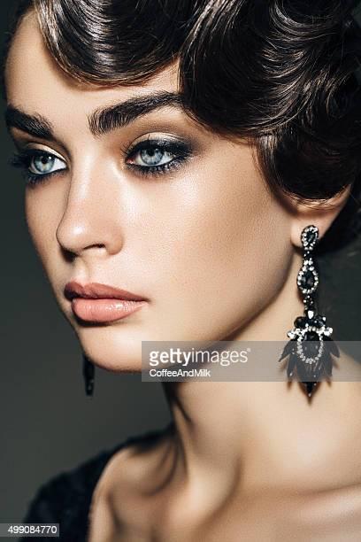 Portrait d'une charmante femme avec frais maquillage