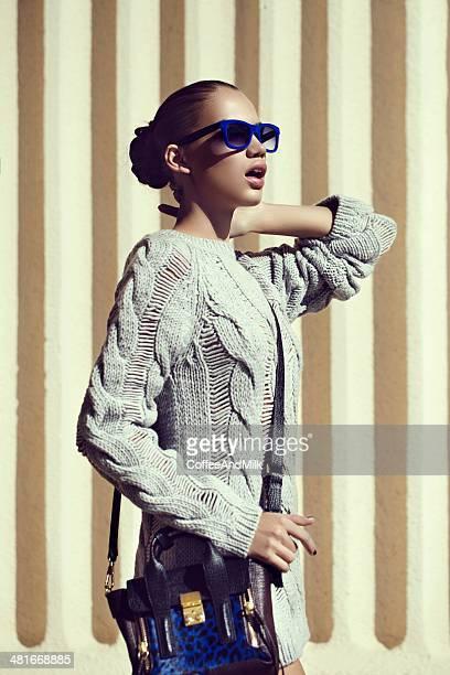 Retrato de fresca y hermosa mujer con gafas de sol