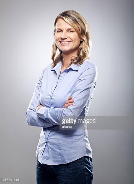 Portrait d'une femme d'âge mûr souriant sympathique
