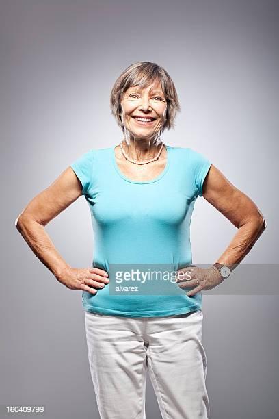 Portrait d'une femme senior souriant sympathique