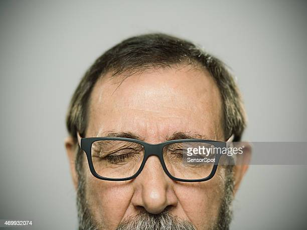 Retrato de un hombre caucásico de feliz con gafas y barba.