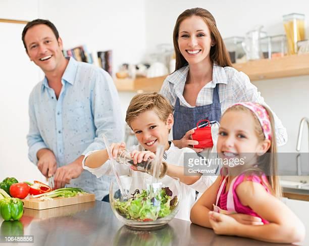 Porträt von ein Glückliches Paar mit Kindern (8-11) vorbereiten