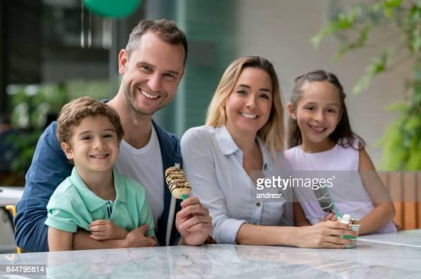 Porträt einer glücklichen Familie mit Eis in einem shop