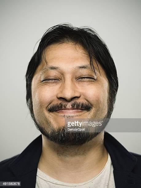 Ritratto di un uomo felice guardando fotocamera giapponese