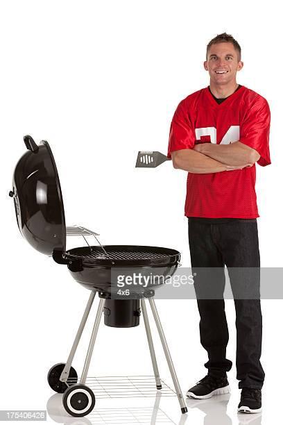 Porträt von ein glücklicher Mann Essen zubereiten