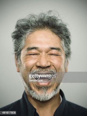 Retrato de um homem feliz com real japonês cinza cabelo.