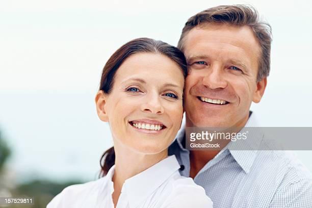 Portrait d'un heureux couple romantique