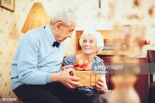 Portrait d'un heureux couple senior