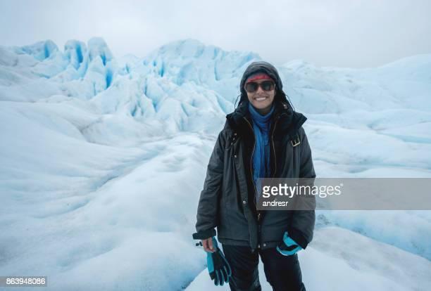 Portret van een gelukkige vrouw op een gletsjer hiking