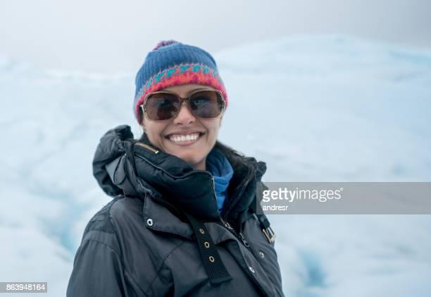 Portret van een gelukkige vrouw op een gletsjer