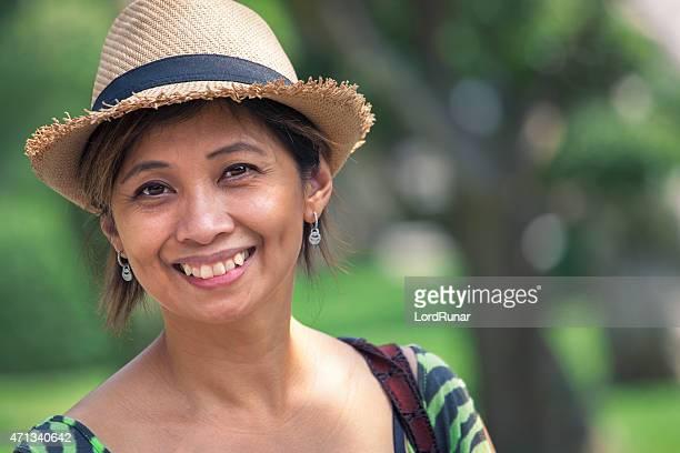 Retrato de uma mulher feliz ao ar livre no parque