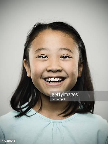 Retrato de un joven feliz Chica japonés mirando a la cámara.