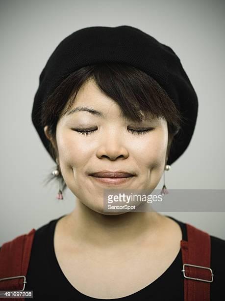 Portrait d'une jeune femme à la recherche dans la caméra japonais
