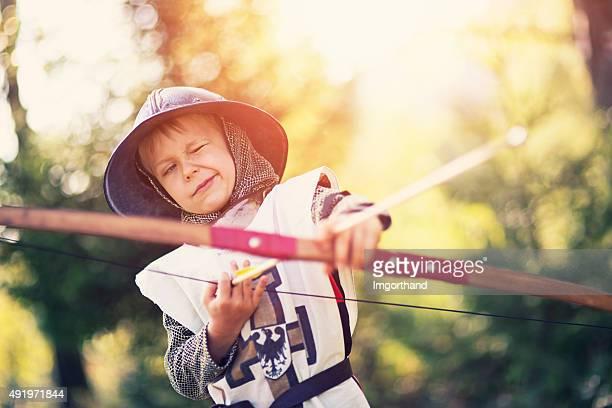 Portrait d'un petit garçon archer