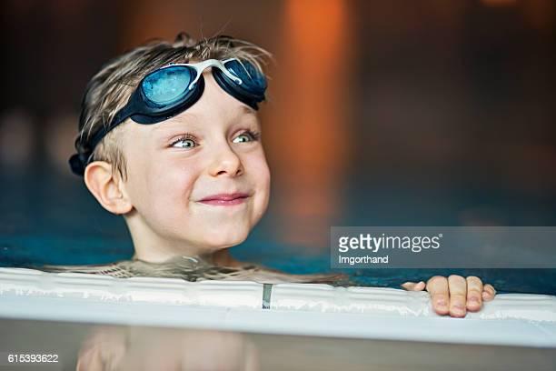 Porträt eines kleinen Jungen im Swimmingpool