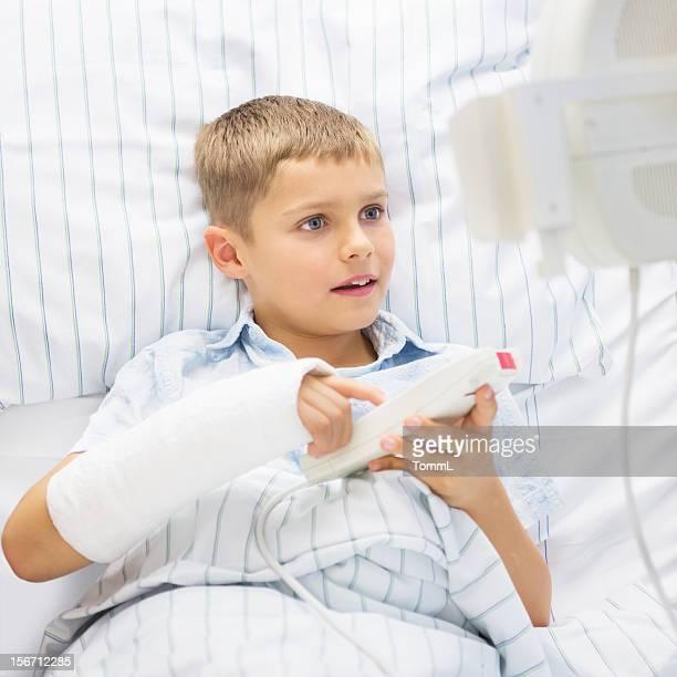 Un portrait d'un petit garçon avec Bras cassé dans un hôpital
